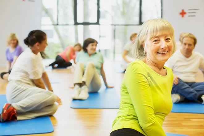 Sport; Fitness; Yoga; Gruppe; Turnhalle; Deutsches Rotes Kreuz; Bewegung; Gesundheit; Gesundheitsprogramm; Dehnungsübung; Gymnastik;